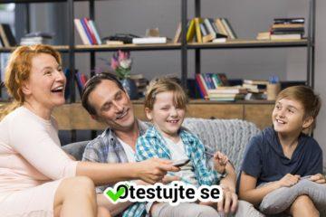 Rodina sleduje TV